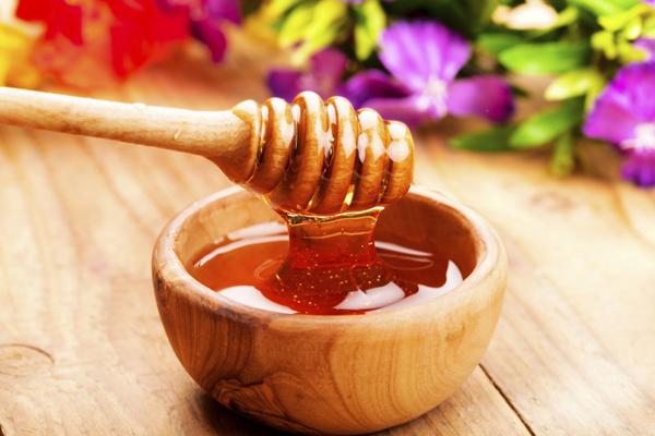 Mật ong có thể giúp cho quá trình tái tạo da cũng như sản xuất collagen hiệu quả hơn. Loại thực phẩm chứa nhiều collagen này cũng không quá khó kiếm và giá thành cũng không cao.