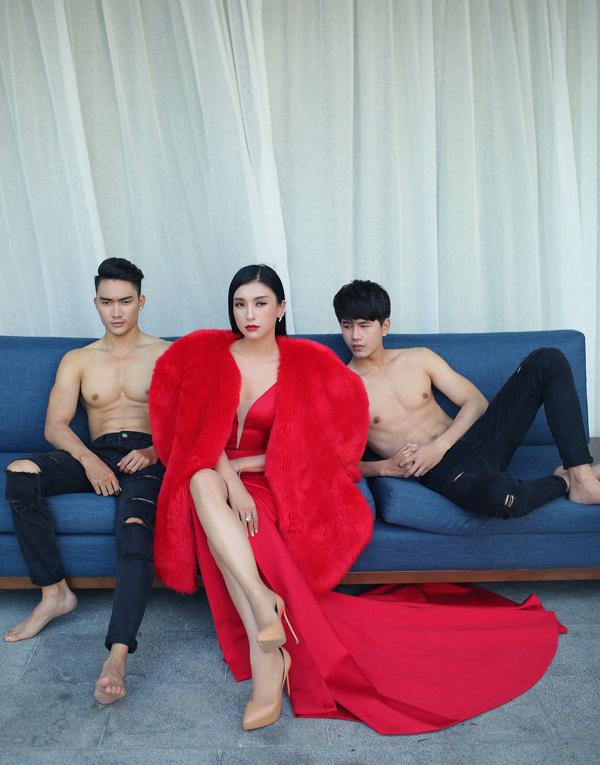 Lương Gia Huy (trái) và Minh Kha không ngại cởi trần khoe body bên cạnh nữ ca sĩ.
