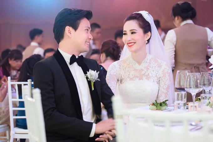 Vợ chồng Đặng Thu Thảo trong đám cưới.