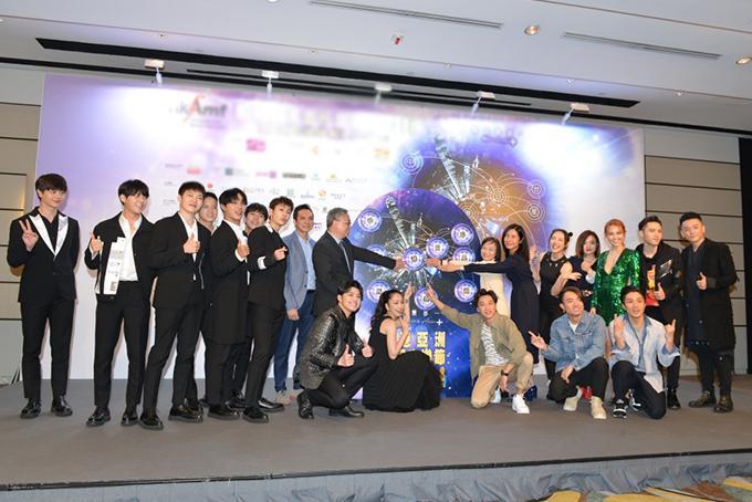 Noo chụp ảnh cùng các ca sĩ của khu vực châu Á và ban tổ chức.