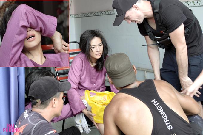 Nữ diễn viên nhăn nhó vì đau.