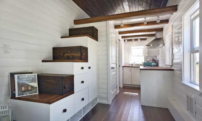 Tận dụng bậc cầu thang làm tủ để đồ.