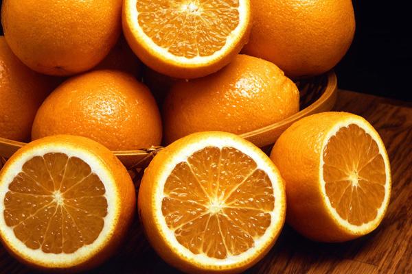 Hàm lượng vitamin C lớn trong cam giúp tiêu diệt các gốc tự do trong cơ thể và đào thải những độc tố ra ngoài.