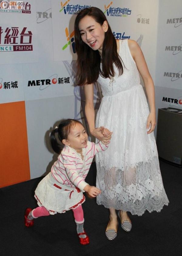 Dương Tư Kỳ dẫn theo con gái đến dự một sự kiện.