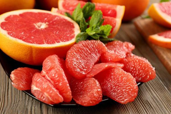 Bưởi giàu vitamin C giúp hạn chế quá trình lão hóa, ngăn ngừa xuất hiện nếp nhăn.