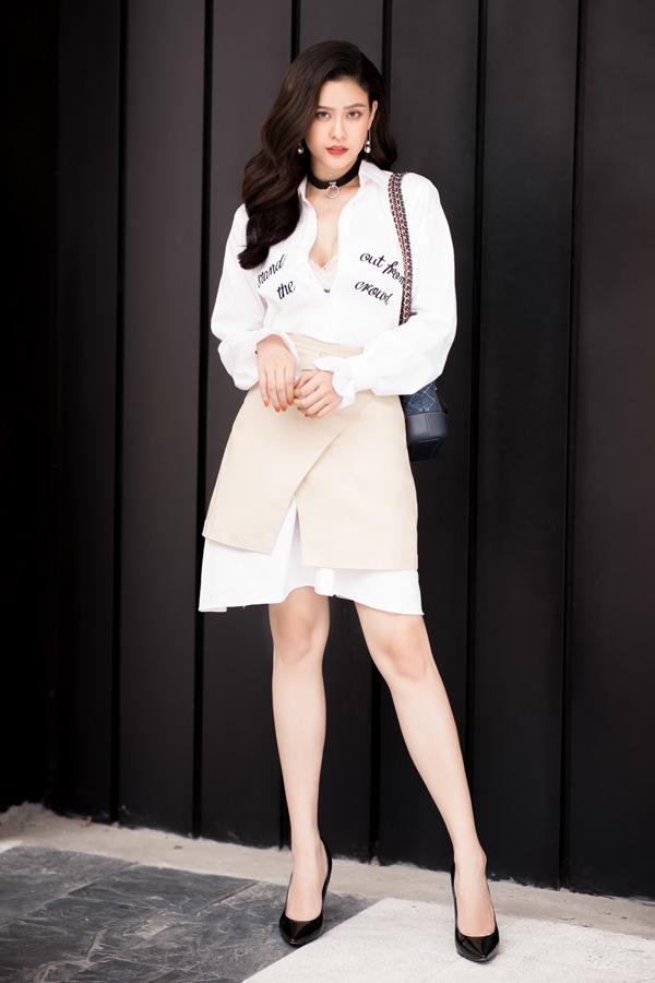 Bà mẹ một conlăng xê xu hướng áo sơ mi oversized diện cùng chân váy xẻ tà trong những bức ảnh street style. Điểm nhấn là chiếc túi Chanel Gabbrielle đang gây sốt với tín đồ thời trang trong và ngoài nước.