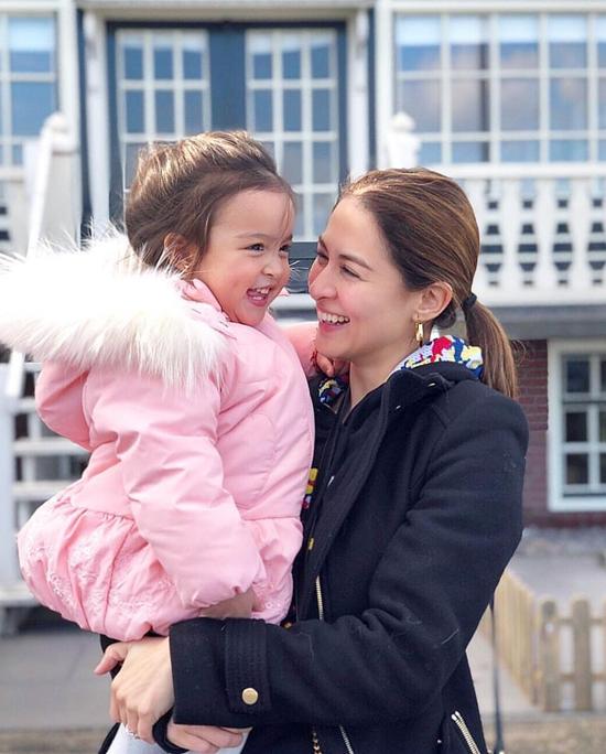 Nữ diễn viên Marian Dantes bế con gái nhỏ dạo chơi ở Amsterdam, Hà Lan hôm 22/3.
