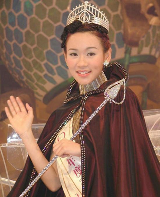 Khoảnh khắc Dương Tư Kỳ bước những bước đi đầu tiên với ngôi vị Hoa hậu Hong Kong năm 2001.