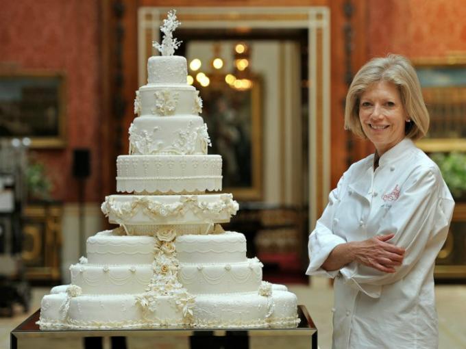 Đầu bếp Fiona Cairns cùng các đồng nghiệp là người thực hiện chiếc bánh cho hôn lễ của hoàng tử William và Kate Middleton vào ngày 29/4/2011. Chiếc bánh này tuy có trọng lượng và chiều cao khiêm tốn hơn 2 chiếc bánh cưới phía trên nhưng mức độ cầu kỳ, phức tạp thì không hề thua kém.
