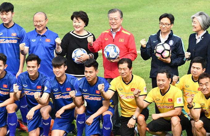HLV Park Hang-seo và cầu thủ U23 Việt Nam giao lưu với Tổng thống Hàn Quốc. Ảnh: Giang Huy.