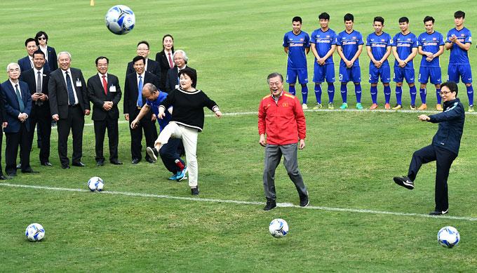 Tổng thống Hàn Quốc và phu nhân đá bóng giao lưu trên sân của VFF. Ảnh: Giang Huy.