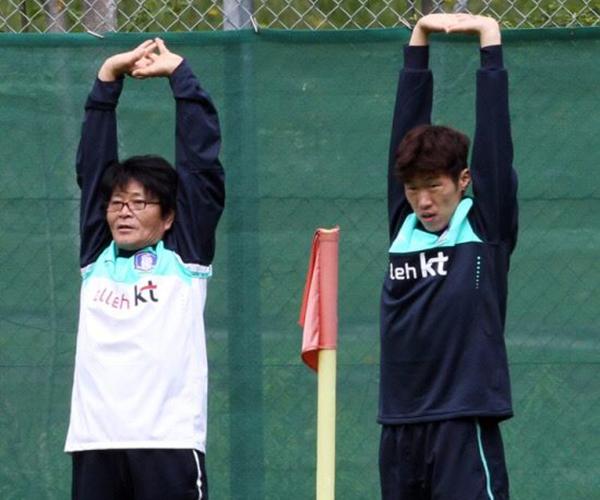 Bác sĩPark Ji-sung từng trị thương cho Park Ji-sung. :