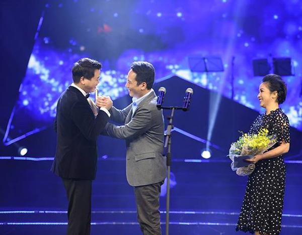 Ca sĩ Đăng Dương chiến thắng ở hạng mục Chương trìnhcủa năm với liveshow Mặt trời của năm. Anh nhận giải và lời chúc mừng từ vợ chồng nhạc sĩ Anh Quân - diva Mỹ Linh.