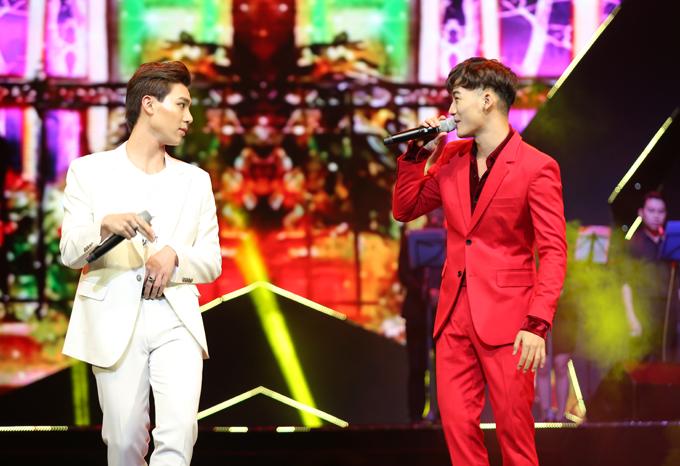 Hai ca sĩ Erik và Ali Hoàng Dương biểu diễn trong lễ trao giải.