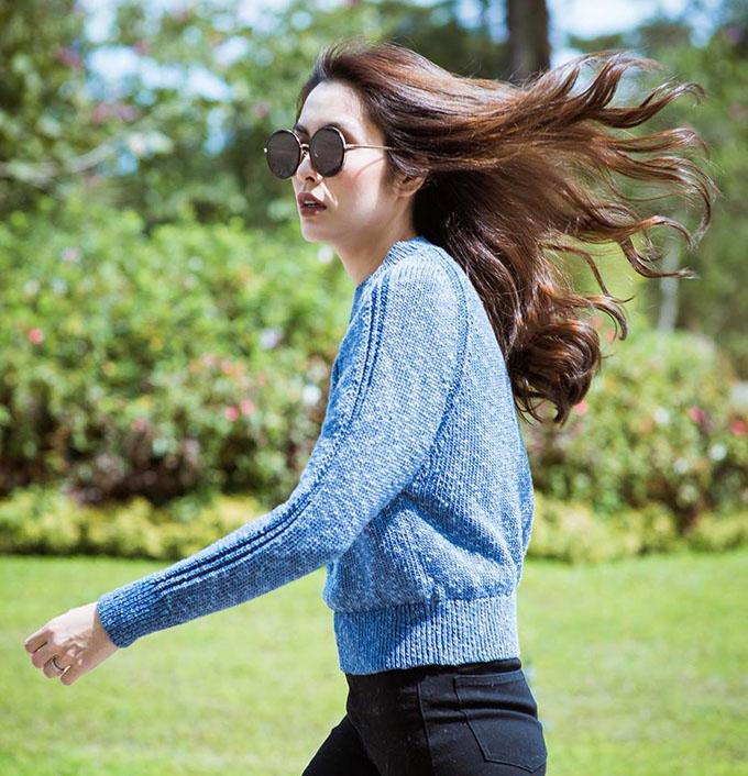 Tăng Thanh Hà tự tin sảibước, mái tóc tung bay trong gió.