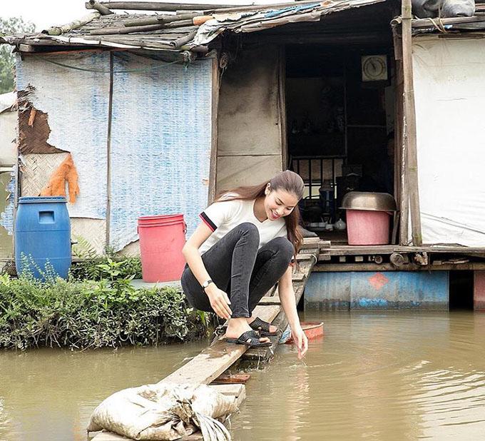 Phạm Hương ăn mặc giản dị, đi dép lê, không ngại ngồi trên cây ván gỗ bắc qua mương nước. Cô đang cóchuyến đi từ thiện, giúp đỡ các gia đình khó khăn. Hoa hậuviết: An nhiên như vậy thôi nhé.