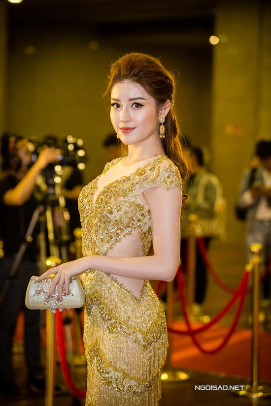 Bộ váy bó sát màu ánh kim đượcđính kết tỉ mỉ và cóchi tiết tua rua giúp Á hậu Huyền My khoe được thân hình đồng hồ cát