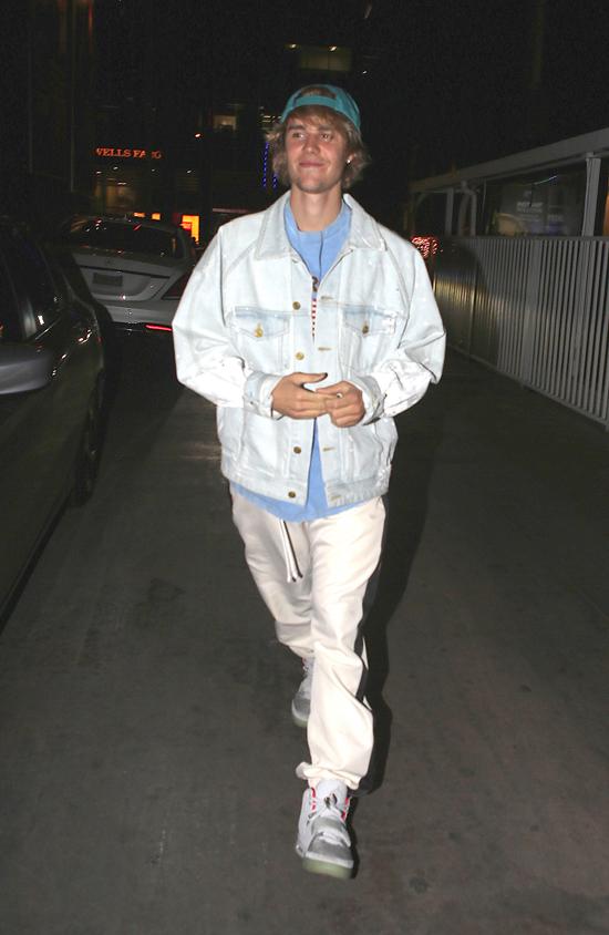Đêm muộn ngày 20/3, Justin Bieber cùng bạn bè đi xem buổi biểu diễn của ca sĩ Craig David ở nhà hát The Roxy tại Tây Hollywood. Ngôi sao 24 tuổi xuất hiện với tâm trạng rất tươi vui.