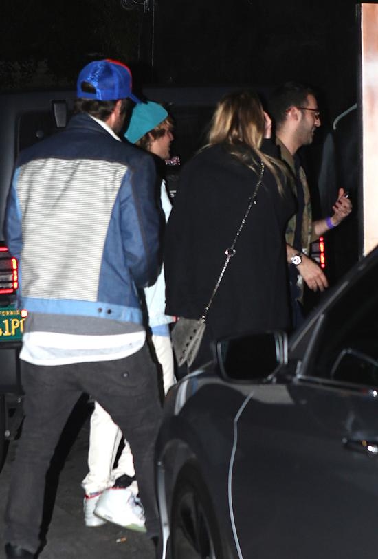 Justin và Baskin vào xem ca nhạc cùng nhóm bạn.