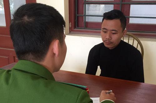 Gã con rể gian manh Lê Quốc Long (áo đen) tại cơ quan công an.