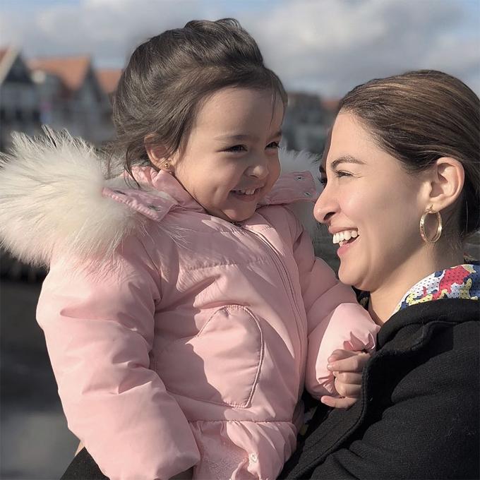 Cô bé giống mẹ từ nụ cười, ánh mắt tới mái tóc nâu mềm mại.