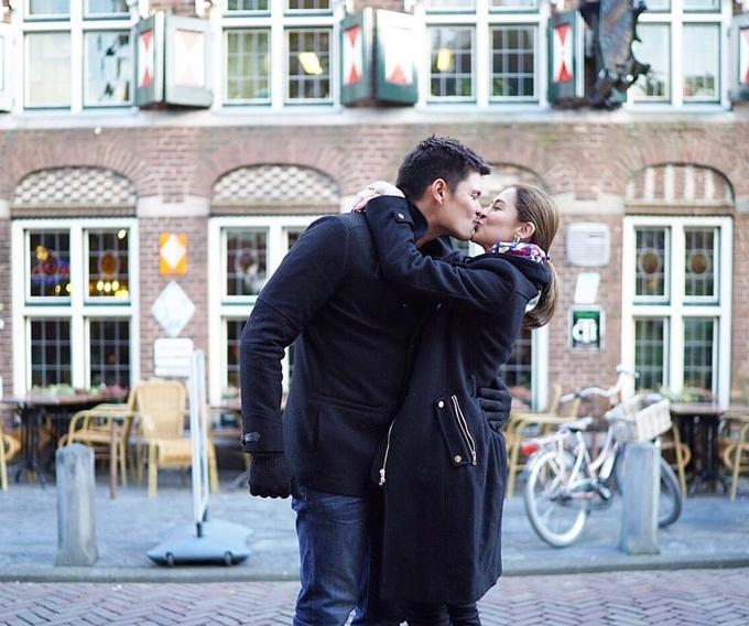 Cặp đôi hôn nhau tình tứ trên đường phố Amsterdam.