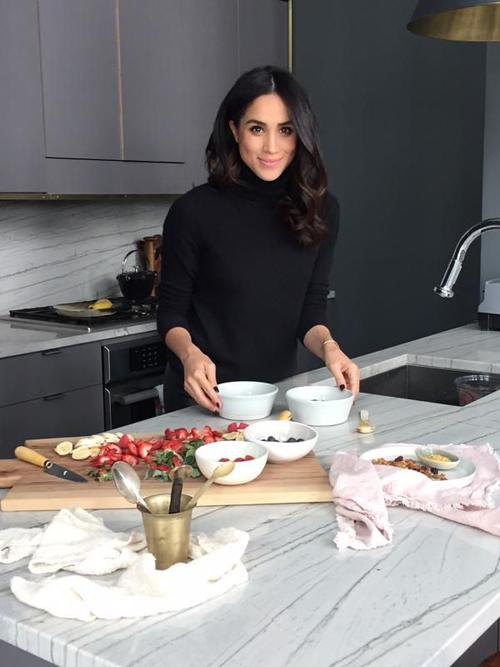 Nữ diễn viên thích vào bếp chuẩn bị bữa ăn thịnh soạn mời bạn bè và người thân vào cuối tuần. Ảnh: The Tig.