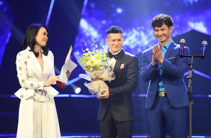 Mỹ Tâm được đạo diễn Việt Tú và nghệ sĩ Xuân Bắc trao giải.