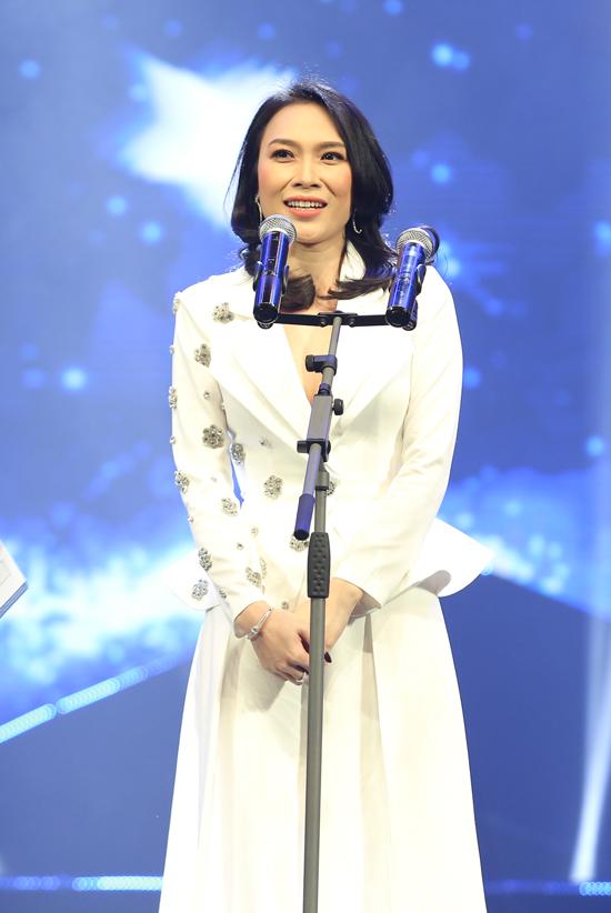 Để quảng bá album Tâm 9, nữ ca sĩ còn tổ chức tour nhạc miễn phí tại TP HCM, Hà Nội và Đà Nẵng. Hàng chục nghìn bạn trẻ đã tham gia, đồng thời xếp hàng dài xin chữ ký của hoạ mi tóc nâu.