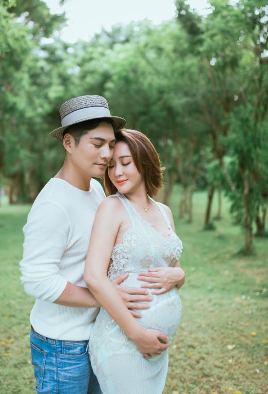 Nghiêm Khoan và Nhược Khê là một trong những cặp sao đẹp đôi nhất của showbiz Hoa ngữ. Bản thân nam diễn viên Khuynh thế hoàng phi từng được mệnh danh là đệ nhất mỹ nam phim cổ trang.
