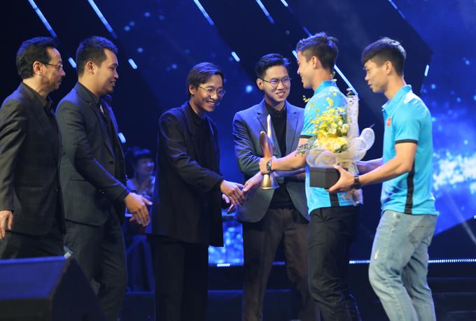 NSND Hoàng Dũng cùng hai cầu thủ Duy Mạnh, Công Phượng đã trao giải cho ban nhạc Ngọt.