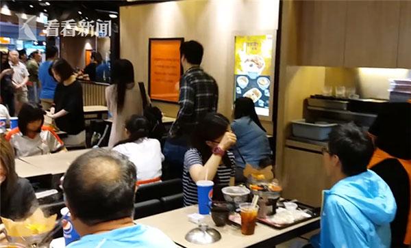 Cặp vợ chồng bỏ đi sang góc khác của nhà hàng sau khi tranh cãi.