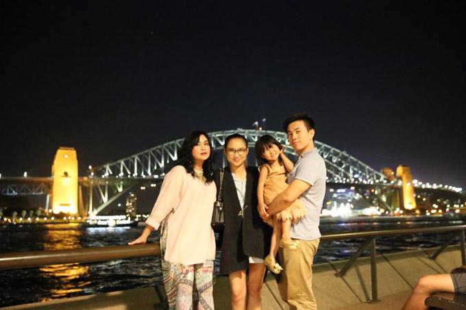 Hồng Vân (thứ hai từ trái sang) là con duy nhất của Thanh Lam không theo nghiệp nghệ thuật, trong khi hai em Thiện Thanh và Đăng Quang đều bước chân vào con đường truyền thống của gia đình. Cô sang Australia học thiết kế nội thất và lên xe hoa với ông xã (phải). Hiện tại, vợ chồng cô định cư ở xứ sở chuột túi.