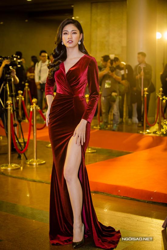 Á hậu Thanh Tú để lộ đôi chân dài miên man khi diện đầm nhung đỏ xẻ cao.