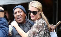Paris Hilton hào phóng tặng người qua đường một xấp tiền