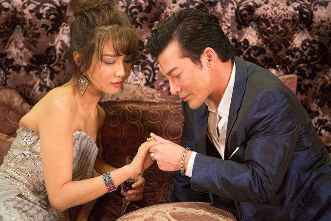 Tiết Khải Kỳ sinh năm 1981, nổi tiếng trong cả hai vai trò ca sĩ và diễn viên ở xứ cảng thơm.Diễn viên TVB từng có mối tình 4 năm vớiPhùng Tổ Minh, con trai của ngôi sao võ thuật Thành Long.