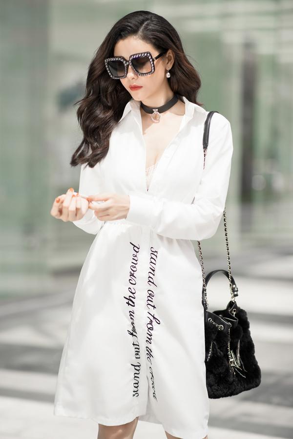 Người đẹp sành điệu, gợi cảm trong mẫu đầm trắng thêu slogan. Những phụ kiện như vòng cổ choker, túi xách đính lông sang chảnh phiên bản giới hạn của Chanel và mắt kính đính đá của Gucci trở thành điểm nhấn tương phản trên toàn set đồ.