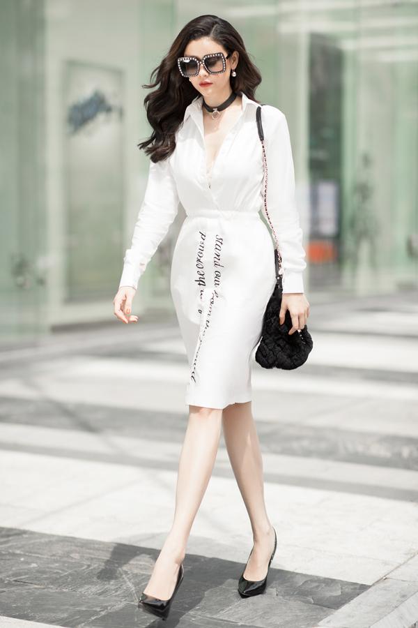 Cách phối màu trắng đen cho set đồ được thực hiện một cách nhịp nhàng mang tới hình ảnh sành điệu cho người mặc.