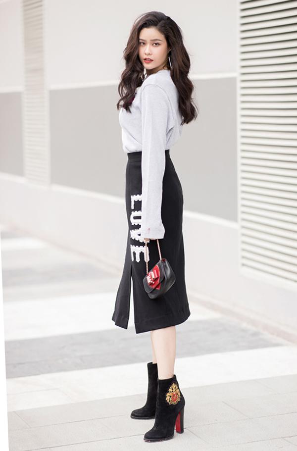 Những kiểu họa tiết tôn nét trẻ trung và đồng điệu cùng xu hướng thời trang 2018 được chắt lọc và tạo điểm nhấn cho các mẫu váy áo đơn sắc.