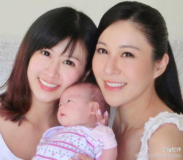 Hai mẹ con Triệu Triết Dư (bên phải) chụp hình cùng bạn.