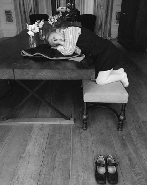 Một góc phòng khách nhà Becks hiện lên trong khoảnh khắc cô nhóc Harper ngủ gục trên bàn sau giờ học.