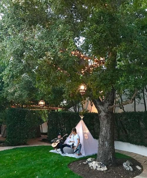Góc vườn mộng mơ có dựng lều, treo đèn để Romeo, Cruz và cô em Harper chơi đùa.