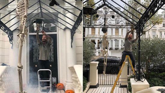 Dịp Halloween năm ngoái, Vic đăng ảnh Becks trèo thang trang trí ở sảnh biệt thự. Lối vào nhà cựu tiền vệ MU thiết kế hiện đại theo màu đen trắng chủ đạo.