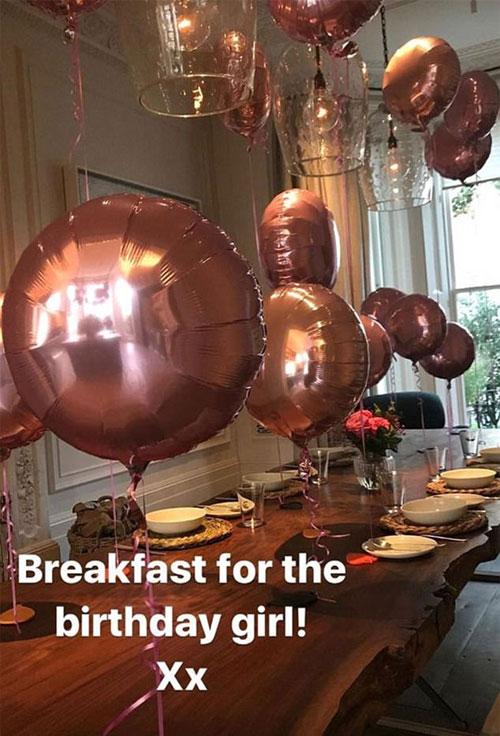 Bàn ăn dài ở góc phòng được trang trí với bóng bay trong bữa sáng sinh nhật của cô út Harper tháng 7 năm ngoái.