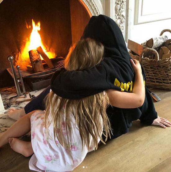 Đây cũng là góc ấm cúng Cruz ôm cô em gái nhỏ Harper để sưởi ấm mùa đông vừa qua.