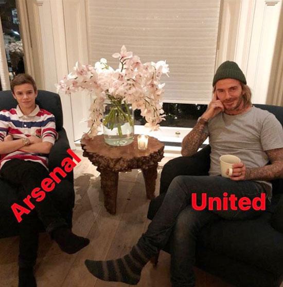 Một góc phòng khách nơi đặt bàn gỗ nhỏ cách điệu để Becks và cậu hai Romeo cổ vũ bóng đá. Trong nhà, Romeo cá tính ủng hộ Arsenal trong khi bố và anh Brooklyn cùng em trai Cruz là fan trung thành của MU.