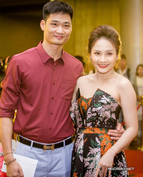 Vợ chồng diễn viên Bảo Thanh ôm eo tình tứ.