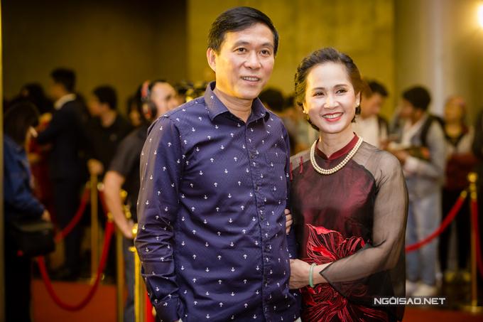 Vợ chồng nghệ sĩ Đỗ Kỳ - Lan Hương rạng rỡ trước sự quan tâm của giới truyền thông.