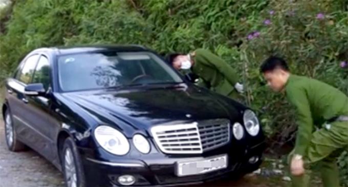 3 nạn nhân được phát hiện tử vong trong chiếc xe đỗ bên vệ đường. Ảnh: Sơn Giang