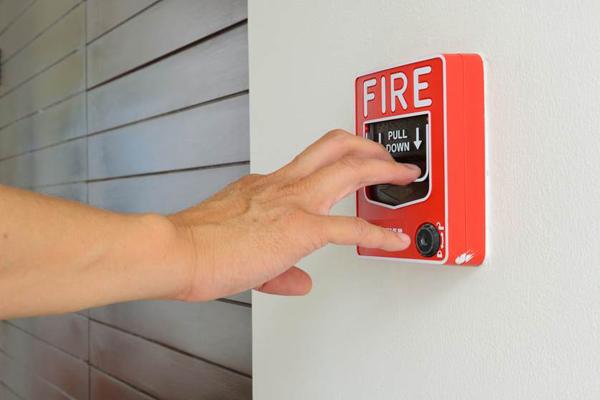 Khi chuông báo cháy ở tòa nhà vang lên, bạn đừng chủ quan khi nghĩ là báo giả và đợi xem chuyện gì xảy ra. Hãy hành động thật nhanh như đây là tình huống thật. Ảnh:num_skyman.